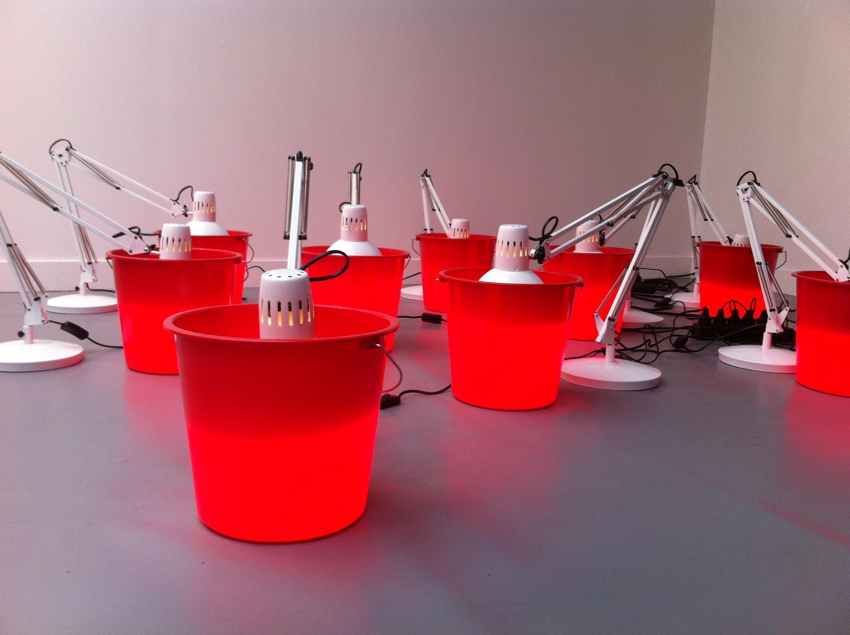 Dominique Gonzalez-Foerster : Untitled, 1987/2015. Plastic red buckets and white architect lamps. Installation présentée à la Fiac 2015 par la Johnen Galerie.