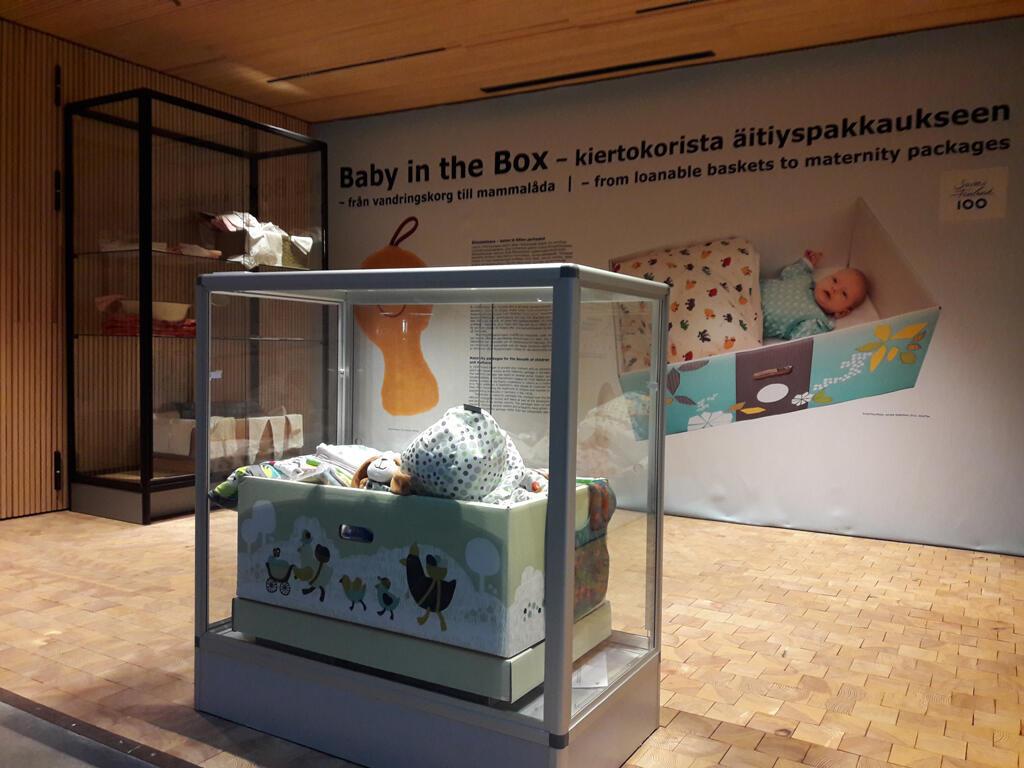 Une des fameuses boîtes pour bébé que reçoivent toutes les jeunes mamans finlandaises quand elles quittent la maternité.