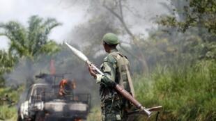 Un soldat congolais des FARDC, près du village de Mazizi, le 2 janvier 2014.