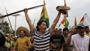 Protestos de grupos indígenas contra a construção da rodovia na Bolívia.