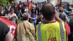 Um membro do sindicato da CGT em frente de uma empresa PSA durante manifestação contra reformas da lei de trabalho, em 26 de maio, em Valenciennes (norte da França).