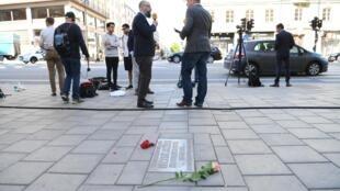 Ce mercredi 10 juin, des fleurs ont été déposées sur le site où le Premier ministre suédois Olof Palme a été assassiné, à Sveavagen à Stockholm.