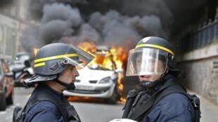 Le véhicule de la police incendié le 18 mai 2016 lors d'une manifestation contre la Loi Travail.