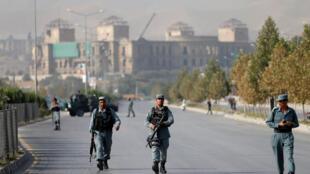 Des policiers afghans patrouillent à Kaboul après l'attaque contre l'université américaine de la capitale.