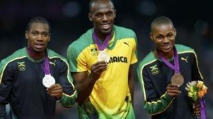 Usain Bolt e os seus compatriotas Yohan Blake e Warren Weir no podium.