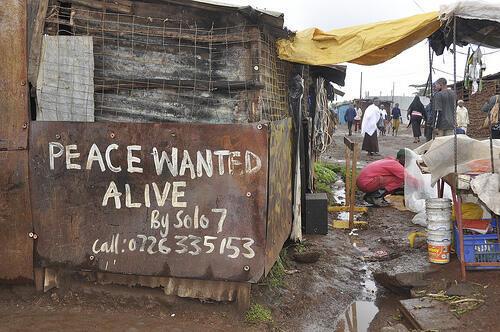 """Au prix de sa vie, """"Solo 7"""", un artiste kenyan, apposait, pendant les violences post-électorales,  ses graffitis """"La Paix, recherchée, en vie"""" à la manière des avis de recherche des chasseurs de primes."""