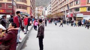 中国四川康定附近发生6.3级地震康定居民远离建筑站在街上2014年11月22日。