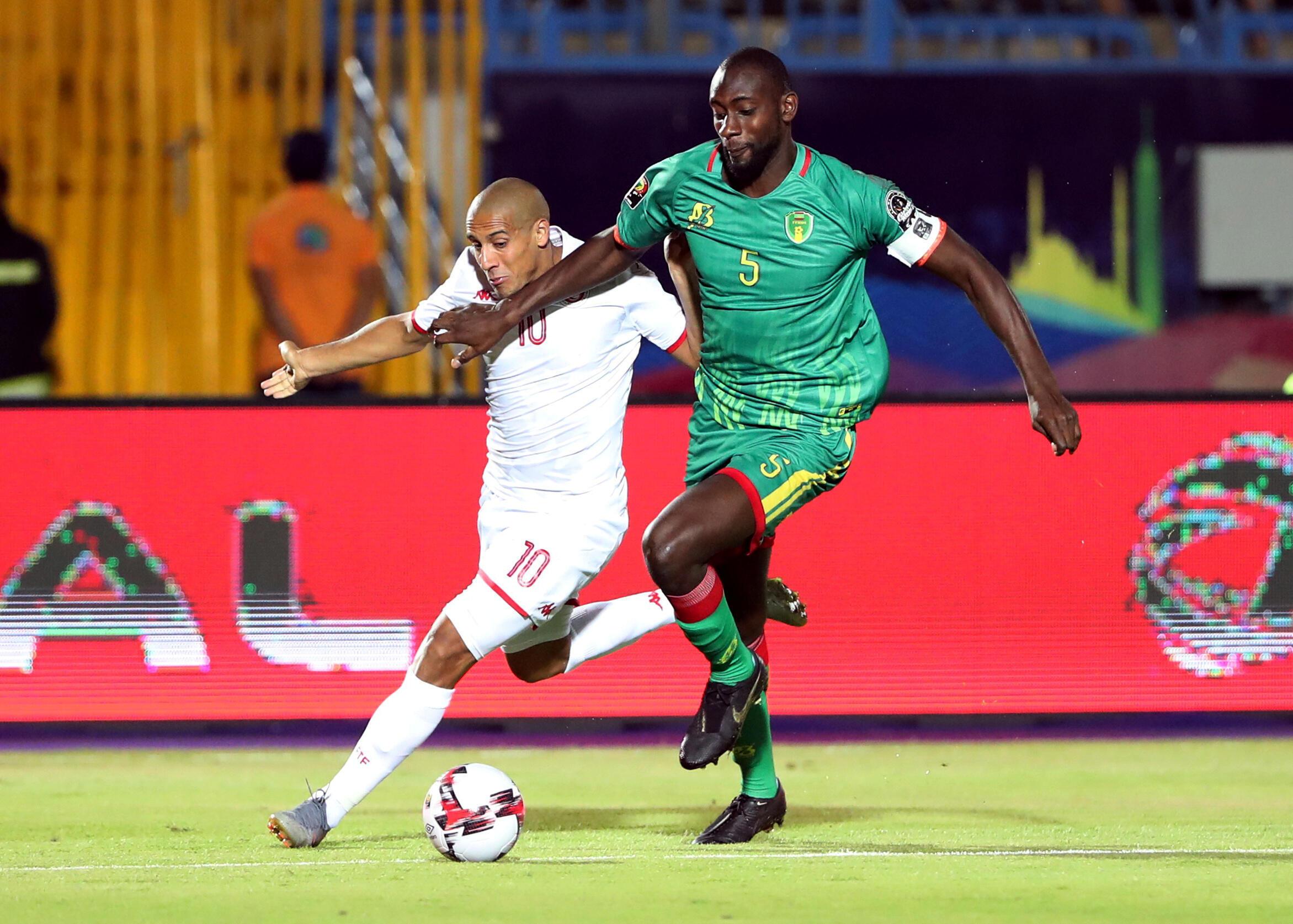 Le Tunisien Wahbi Khazri à la lutte avec le Mauritanien Abdoul Ba le 2 juillet 2019 au stade de Suez.