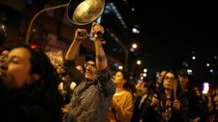 Des contestataires à Bogota, vendredi soir 22 novembre.