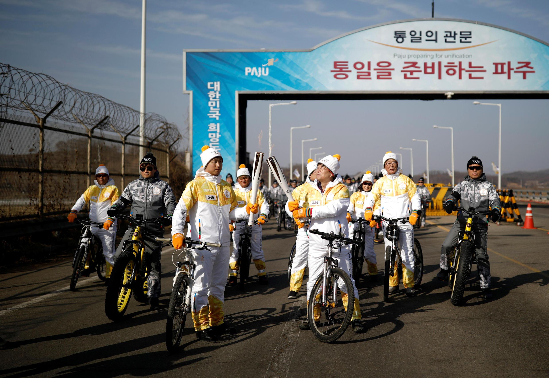 Ngọn đuốc Olympic trên cầu Thống Nhất dẫn đến làng phi quân sự Bàn Môn Điếm (Panmunjom), Paju, Hàn Quốc, ngày 19/01/2018.
