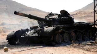 利比亚强人哈夫塔尔领导的抵抗力量在的黎波里附近交战时一辆坦克被毁        2019年6月27日