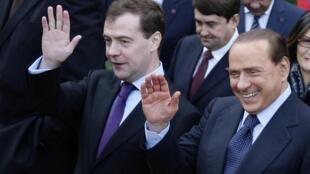 Le président russe Dmitri Medvedev (g) et le Premier ministre italien Silvio Berlusconi à l'issue de leur rencontre à Villa Madama à Rome, le 3 décembre 2009.
