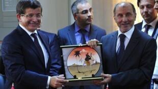 O ministro dos Negócios Estrangeiros turco, Ahmet Davutoglu, e o líder dos rebeldes líbios, Mustafa Abdel Jalil, durante uma visita a Bengasi (03/07/2011)