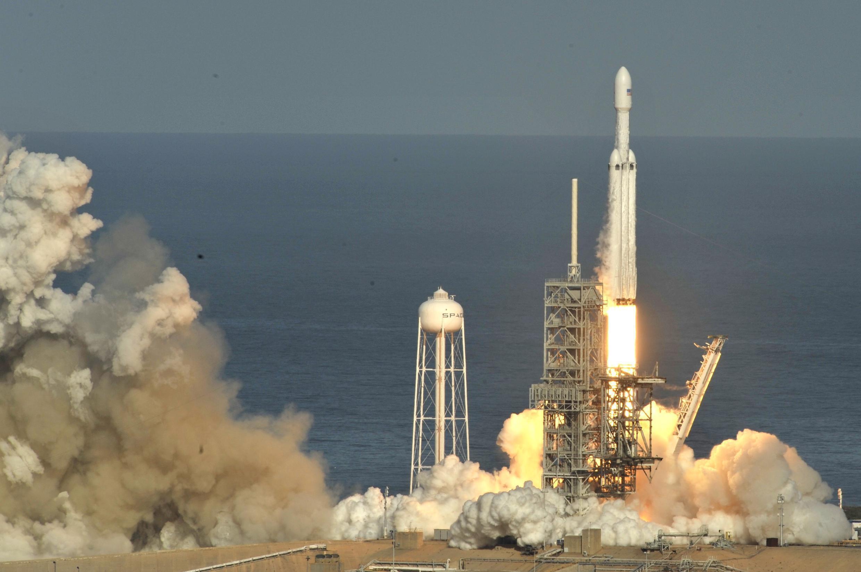 Momento da decolagem do Falcon Heavy, em Cabo Canaveral, nos EUA (6/2/18).