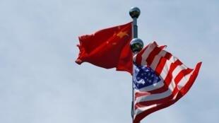 中美贸易谈判上海重启,中美两国国旗在外滩飘扬。
