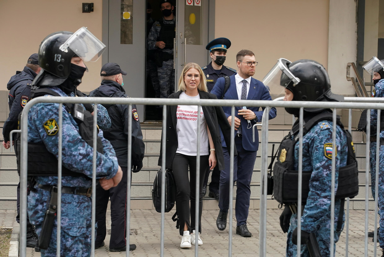 Любовь Соболь возле здания суда 15 апреля 2021 г.
