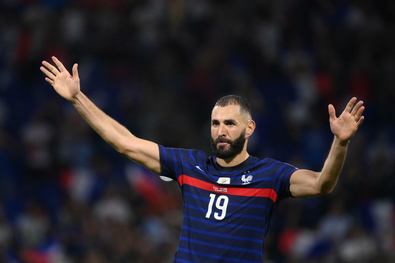 L'attaquant français Karim Benzema salue les supporters à la fin du match remporté, 2-0 face à la Finlande, lors des qualifications pour le Mondial-2022 au Qatar, le 7 septembre 2021 au Groupama Stadium à Décines-Charpieu, près de Lyon
