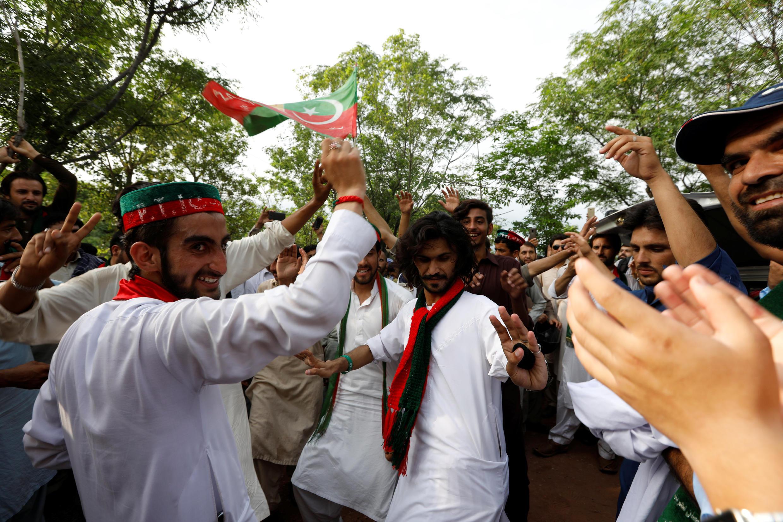 Les partisans d'Imran Khan et le leader de son parti le Pakistan Tehreek-e-Insaf ou PTI, célèbrent la victoire de leur parti au lendemain du scrutin, le 26 juillet 2018.