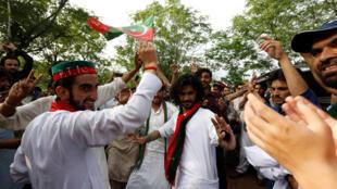 Le leader du Pakistan Tehreek-e-Insaf, le parti d'Imran Khan, et ses partisans célèbrent la victoire au lendemain du scrutin, le 26 juillet 2018.