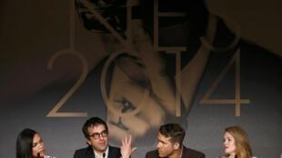 """O diretor canadense Atom Egoyan (segundo à esq.) e os atores Ryan Reynolds, Rosario Dawson (primeira à esq.) e Mireille Enos participam de uma entrevista coletiva sobre o filme """"The Captive"""" nesta sexta-feira (16) em Cannes."""