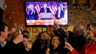 A Sevnica, en Slovénie, on célèbre la victoire de Donald Trump, le 9 novembre 2016.