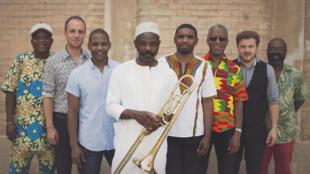 L'équipe d'African Salsa Orchestra avec Michel Pinheiro au premier plan (en blanc, son trombone à la main).