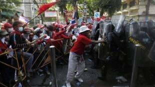 Affrontements entre les « chemises rouges » et les forces de sécurité thaïlandaises à Bangkok, le 10 avril 2010.