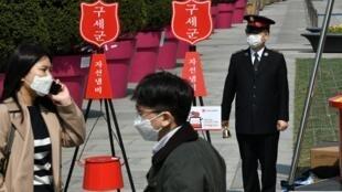 Les mouvements des Sud-Coréens atteints par le coronavirus sont tracés et transmis à la population.