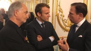 O economista Jacques Attali (E), o presidente Emmanuel Macron e o prefeito João Doria, no Palácio do Eliseu, em Paris, em 1 de setembro de 2017
