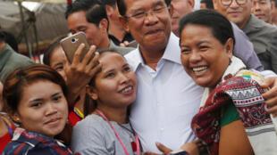 Thủ tướng Cam Bốt Hun Sen (G) thăm công nhân dệt may tại tỉnh Kandal, ngày 04/07/2018.