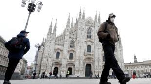 Un homme portant un masque devant le Dôme de Milan, le 5 mars 2020, deux jours avant la mise en quarantaine de la ville.