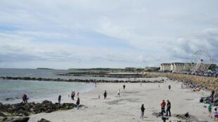 Des vacanciers irlandais se promènent le long de la plage de Salthill à Galway en Irlande, le 3 août 2020.