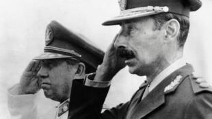 Los dictadores Augusto Pinochet y Jorge Videla.