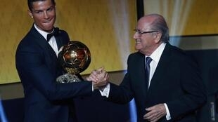 Cristiano Ronaldo na Real Madrid yana karbar kyautar gwarzon duniya daga hannun Shugaban FIFA  Jospeh Blatter.