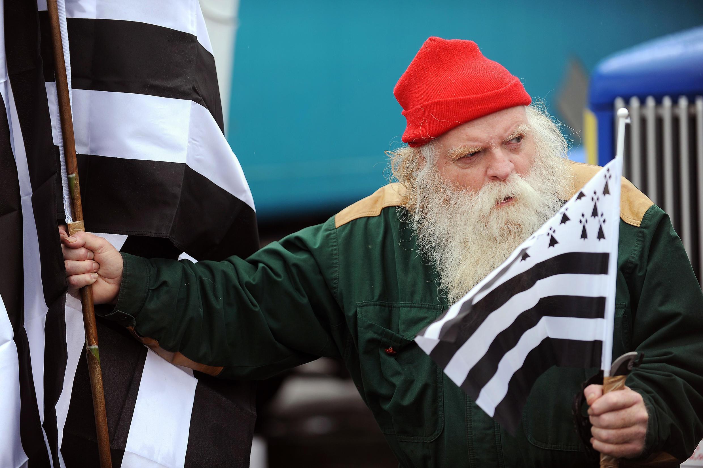 Un manifestant arbore le bonnet rouge et le drapeau de la Bretagne. Quimper, 2 novembre 2013.