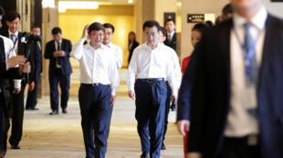Vương Kiện Lâm (Wang Jianlin) (P), chủ tịch tập đoàn Vạn Đạt - Dalian Wanda Group, tham gia một lễ ký kế hợp tác, Bắc Kinh, 19/06/2017.