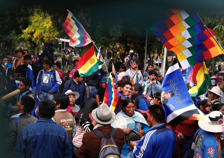 Apoiadores do MAS, partido de Evo Morales, participam de evento da campanha