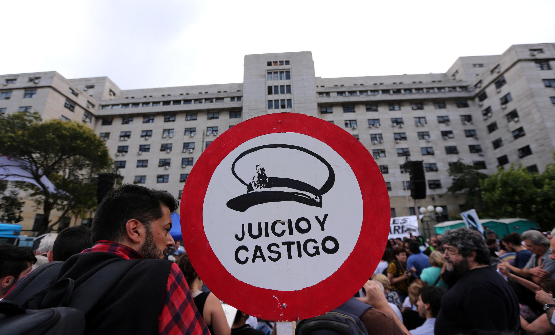 «Jugement et châtiment» peut-on lire sur ce panneau brandi par un manifestant devant le palais de justice où se tenait mercredi 29 novembre le dernier jour du procès des crimes de l'Esma, l'école de mécanique de la marine, pendant la dictature argentine.
