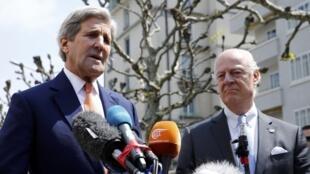 O secretário de Estado norte-americano, John Kerry, ao lado do enviado especial da ONU para a Síria, Staffan de Mistura, nesta segunda-feira (2), em Genebra.