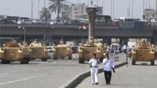 Soldados do exército egípcio montam guarda em tanques nos arredores da Praça Tahir, no Cairo, capital do Egito, nesta segunda, 19 de agosto de 2013.