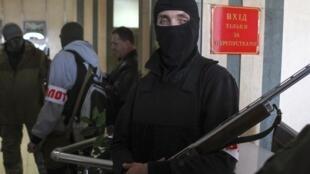 Separatista vigia a prefeitura de Donetsk, no leste da Ucrânia.