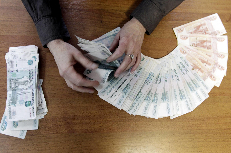 В понедельник, 22 ноября, курс рубля укрепился по отношению к доллару и евро.