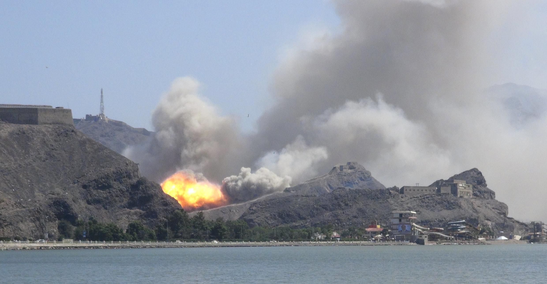 Một kho vũ khí tại thành phố cảng Aden, phía Nam Yemen bị nổ tung, ngày 28/03/2015.