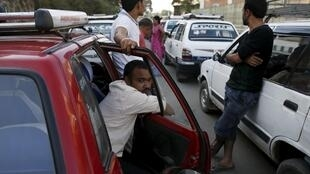 File d'attente à une station d'essence. Le gouvernement a rationné le carburant suite au blocage par les Madhesis d'un point de passage crucial à la frontière avec l'Inde.