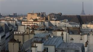2020-01-14 france paris eiffel tower apartment housing rooftop skyline