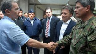 Juan Manuel Santos (a la derecha en segundo plano) jugó un rol clave Uribe en la liberación de Ingrid Betancourt y otros rehenes en 2008