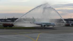 Bombeiros saúdam o Boeing 737-800 da Transavia cvom destino ao Porto no Aeroporto de Orly, a sul de Paris, a 26 de Junho de 2020 marcando a reabertura do empreendimento.