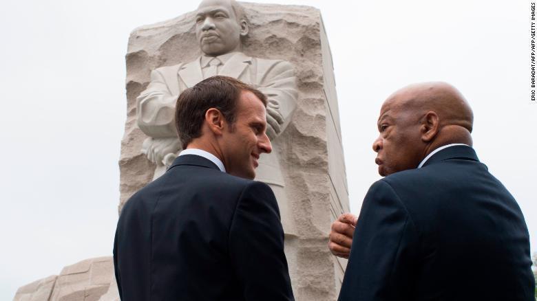 Shugaban Faransa Emmanuel Macron tare da marigayi John Lewis, dan majalisar wakilan Amurka, kuma fitaccen mai rajin kare hakkin dan adam.