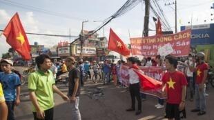 Công nhân Bình Dương biểu tình chống Trung Quốc ngày 14/05/2014 với các biểu ngữ khẳng định chủ quyền biển đảo đồng thời kêu gọi có thái độ đúng mực.