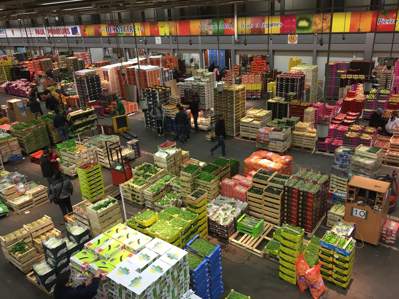 Vue intérieur du pavillon des fruits et légumes au marché de Rungis.